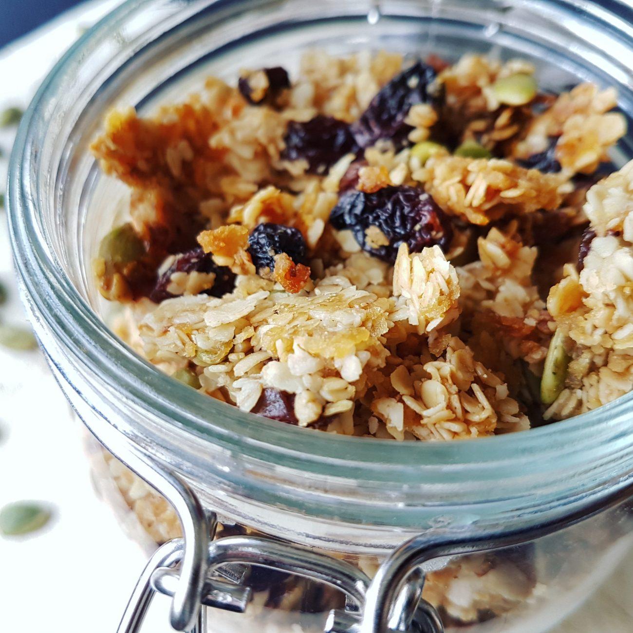 Granola maison raisins secs, graines de citrouilles et miel