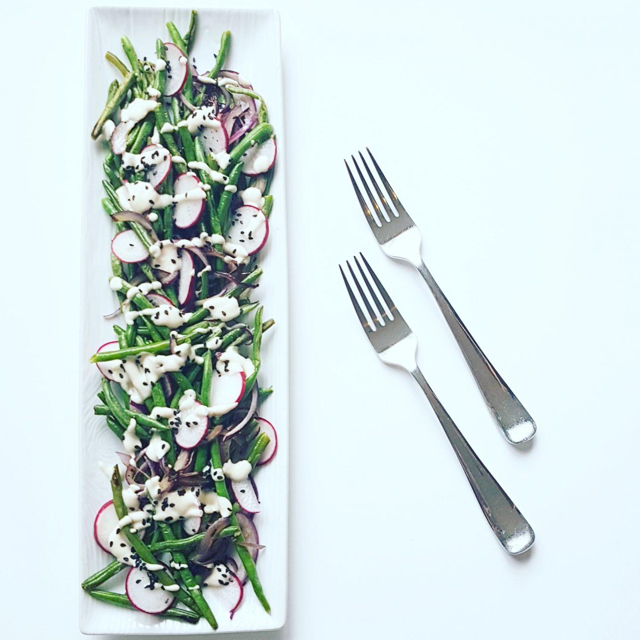 Salade tiède de haricots verts et sa sauce crémeuse Tahini sans produits laitiers