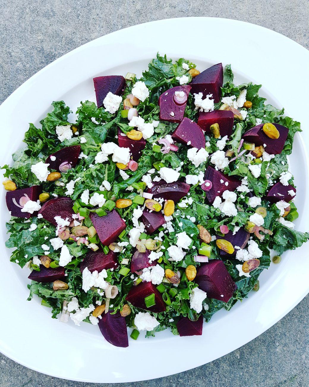 Salade de kale, betteraves, pistaches, féta léger et miel