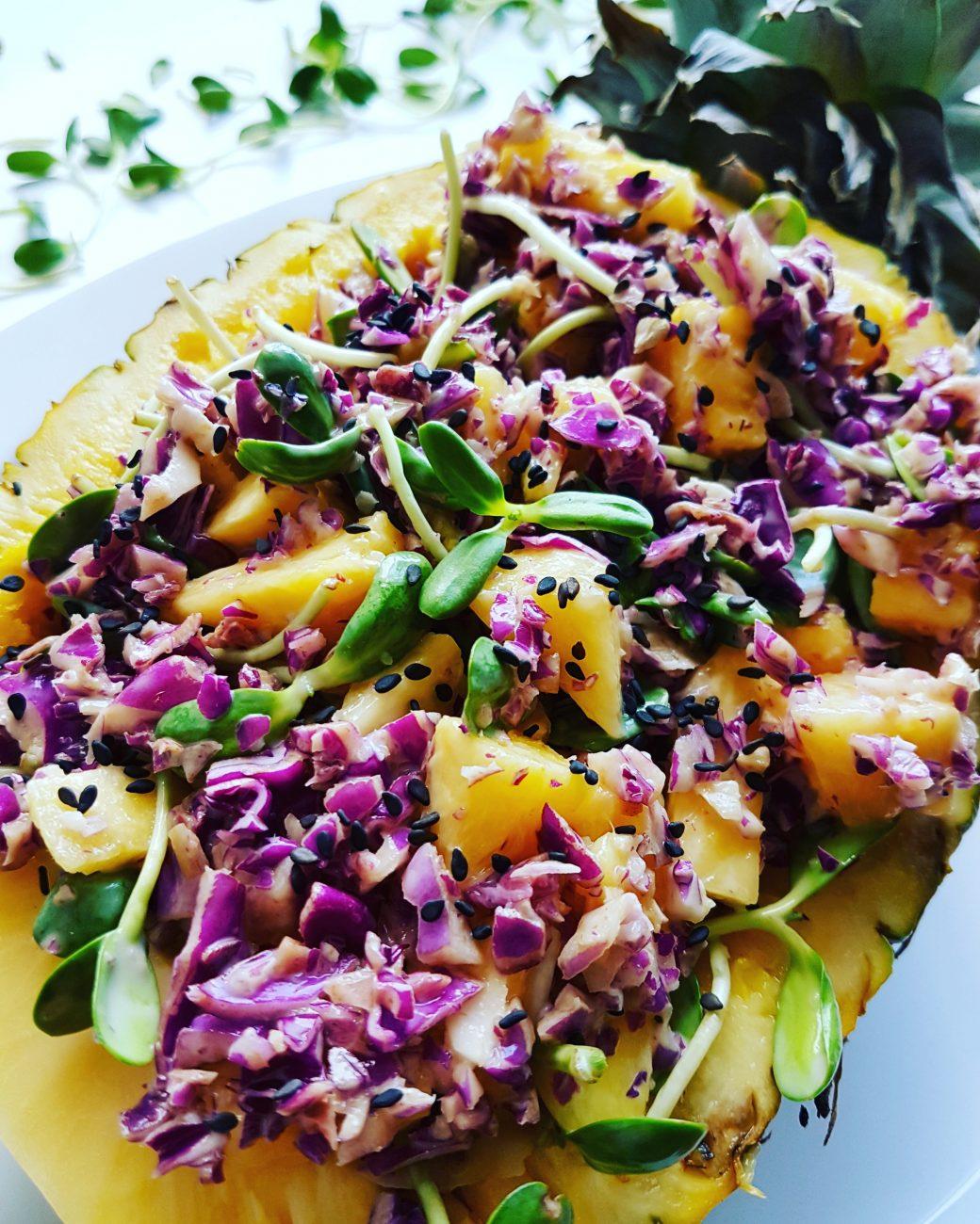 Salade sucrée-salée exotique: ananas, pousses, etcetera!