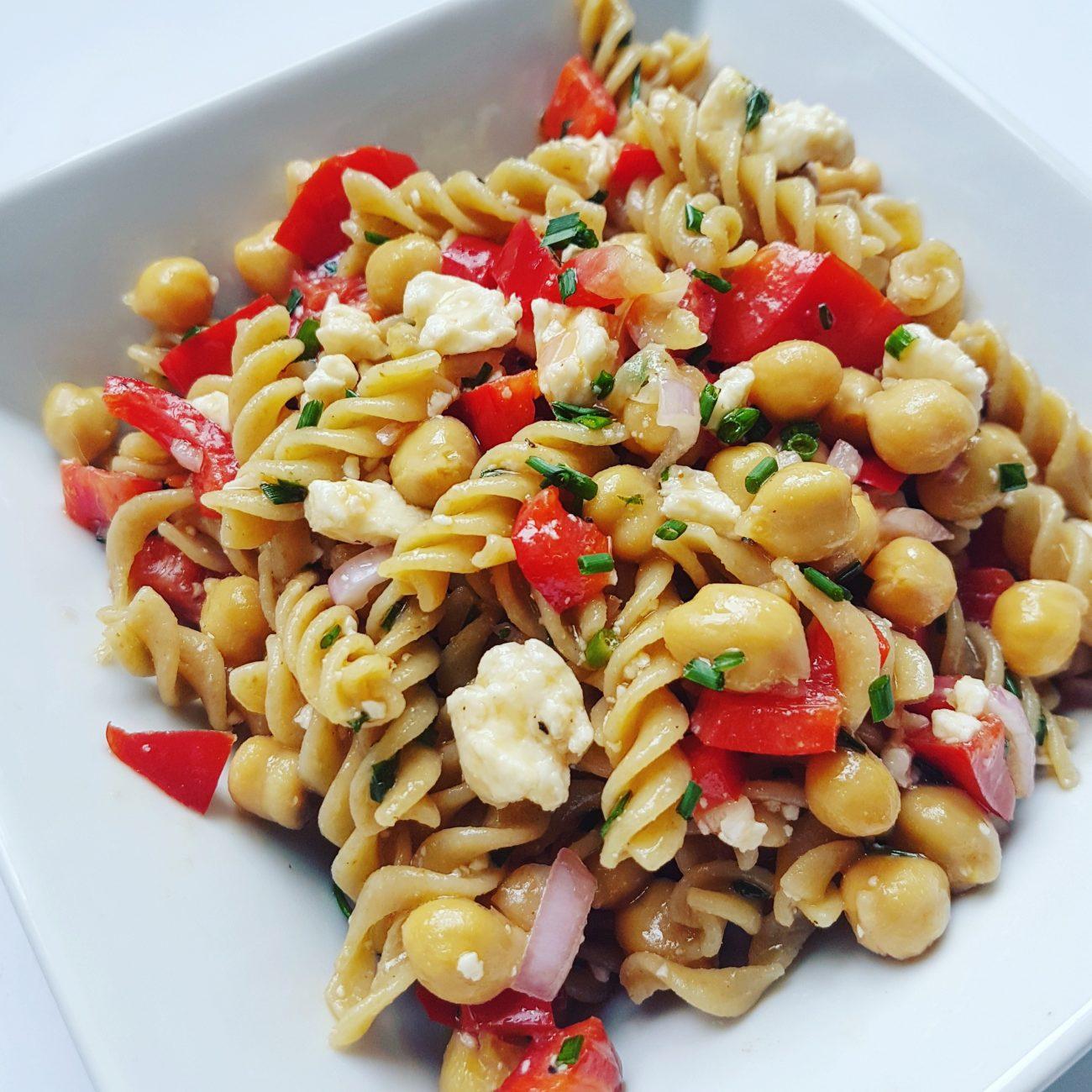 Salade de pâtes aux pois chiches et féta et sa vinaigrette au vin rouge