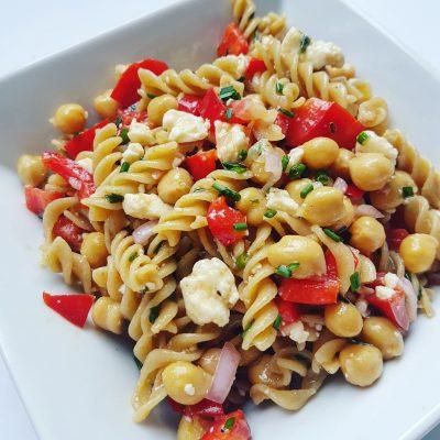 Salade-de-pâtes-pois-chiches-féta-et-vinaigrette-au-vin-rouge(1)
