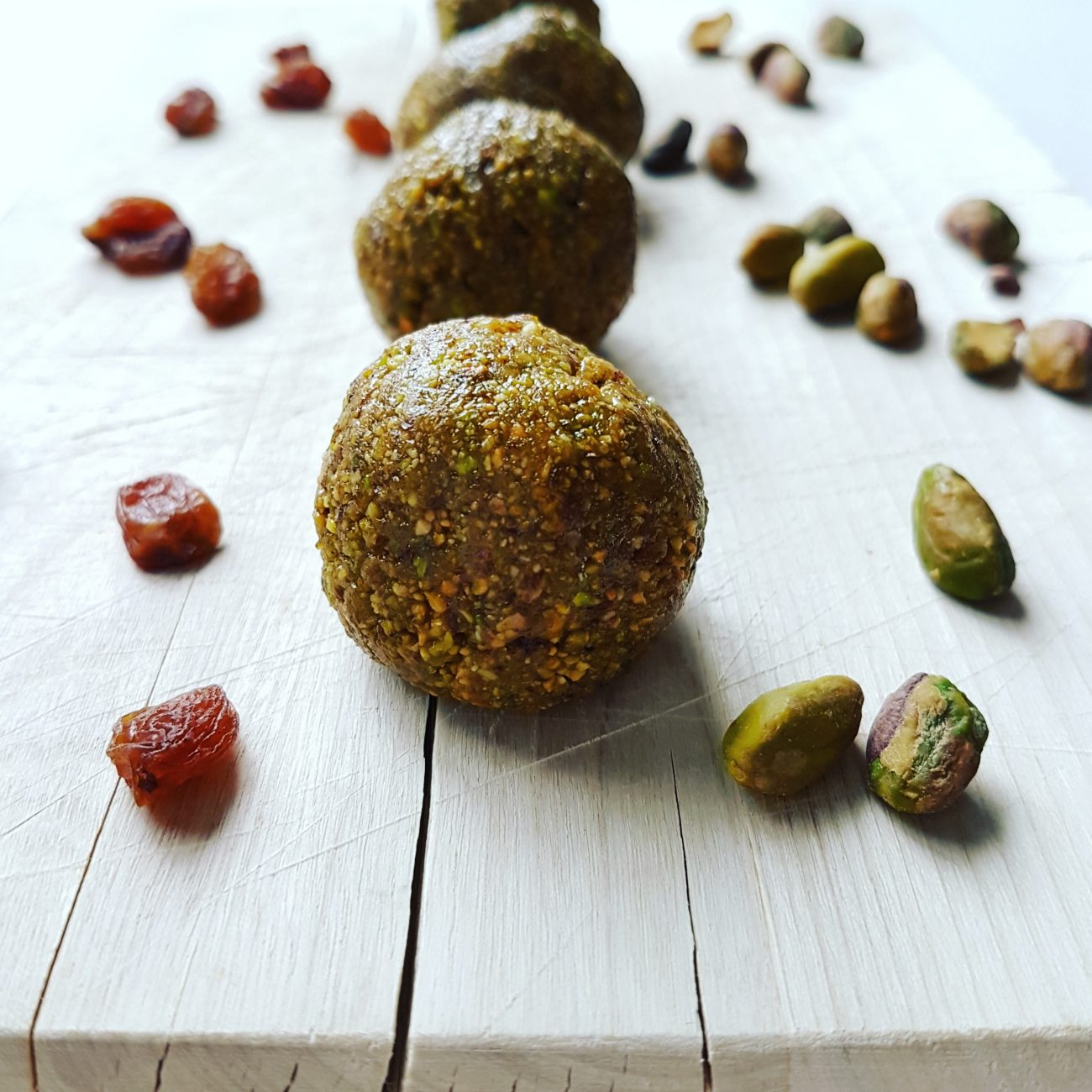 Boules d'énergie aux pistaches, raisins secs et érable