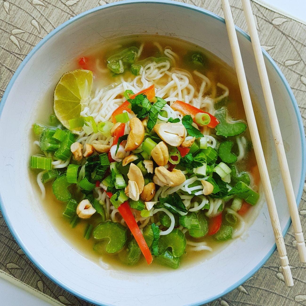 Soupe repas asiatique aux nouilles de konjac à saveur d'arachide et de gingembre