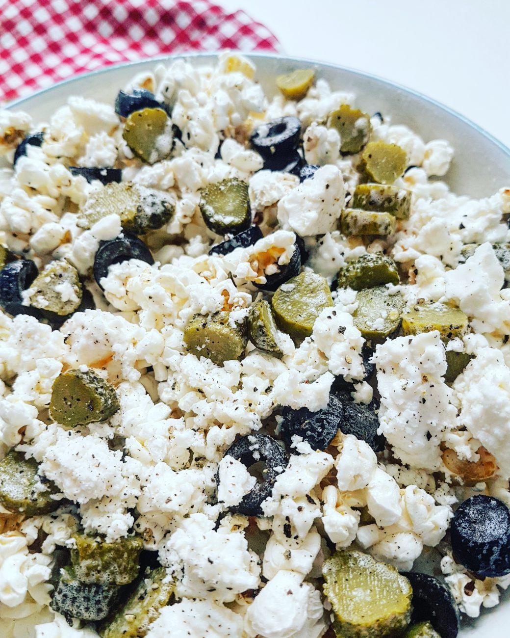 Pop-corn tout garni: maïs soufflé aux olives noires, féta léger et cornichons