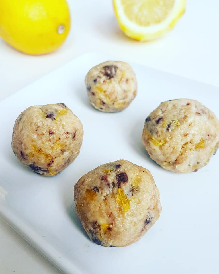 Energy balls with cashew nuts, dark chocolate and gluten-free citrus fruits less than 100 calories
